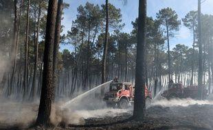 Des pompiers luttent contre le feu à Pessac, en Gironde, le 26 juillet.