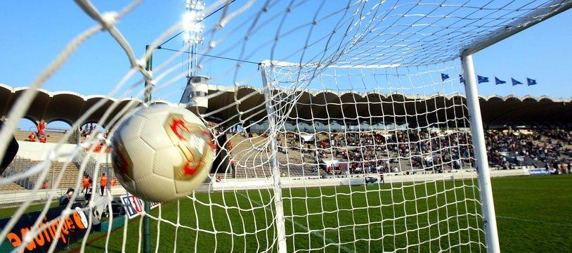 Un ballon de football au fond des filets après un but. Illustration.