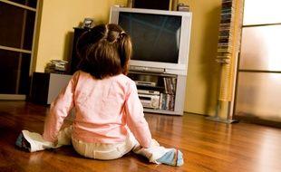 Une petite fille devant la télévision (illustration).