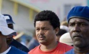 Les grévistes du Collectif contre l'exploitation (LKP) ont érigé lundi en Guadeloupe des barrages routiers que les forces de l'ordre ont progressivement levés, procédant à quelques arrestations.