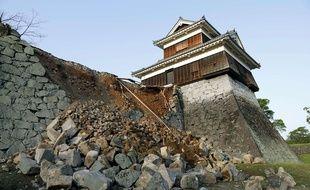 Un mur effondré du château de Kumamoto à la suite d'un tremblement de terre, le 15 avril 2016.