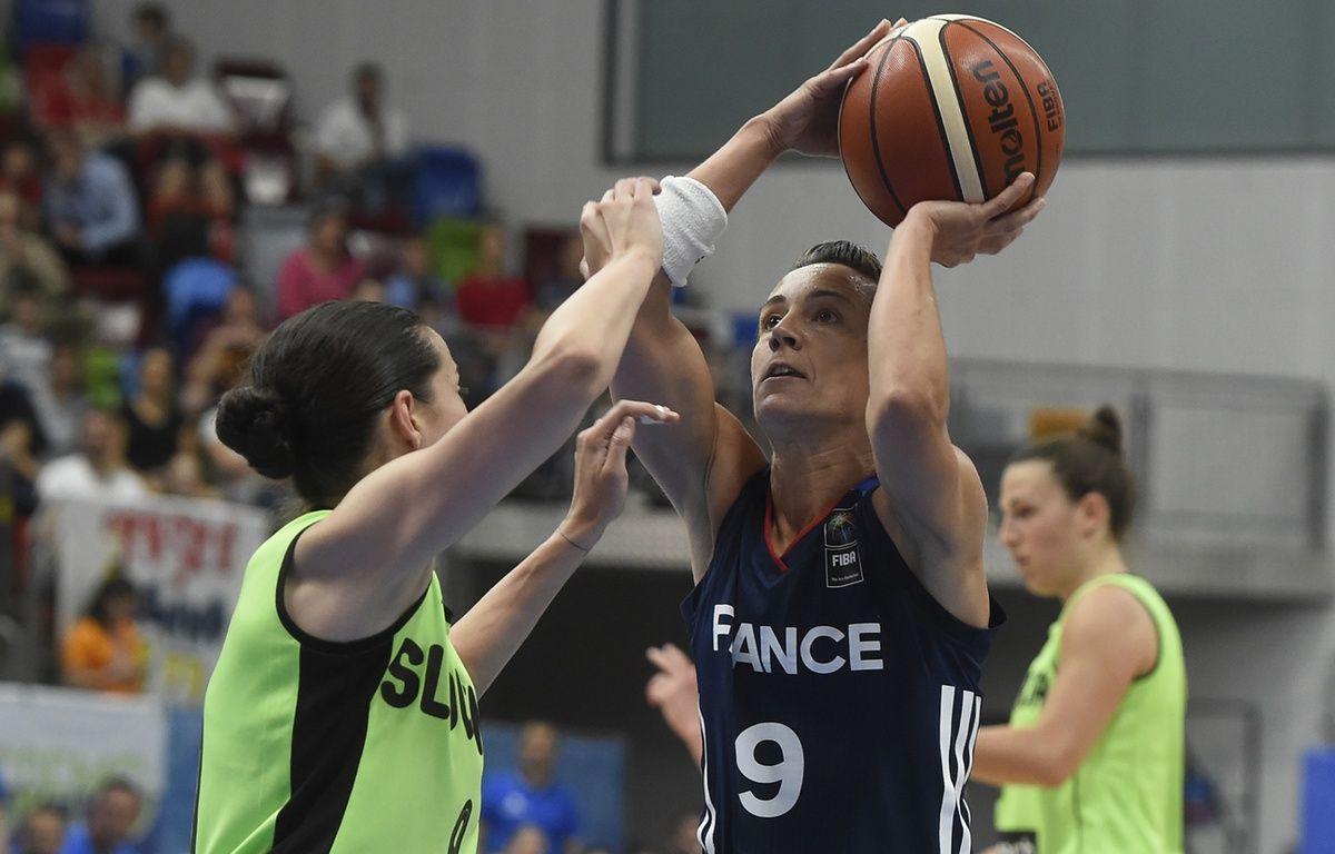 Céline Dumerc et les Bleues ont débuté leur Euro par une victoire étriquée face à la Slovénie (70-68). – Michal Cizek / AFP