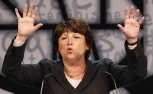 Martine Aubry, French Socialist party member and Mayor of Lille, delivers a speech during the second day of the French Socialist Party National Congress in Reims November 15, 2008. Socialist party delegates and congressmen are attending a three-day congress to forge a new direction for the party.    REUTERS/Benoit Tessier   (FRANCE)