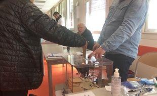 Dans un bureau de vote de Toulouse le 15 mars 2020 pour le 1er tour des municipales.