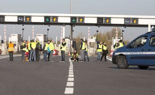 Des «gilets jaunes» bloquent un péage près de Toulouse (Haute-Garonne), le 17 novembre 2018.