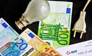 Une facture EDF entourée de billets de banque.