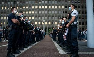 Entre 100 et 200 policiers rassemblés devant la préfecture de police de Bobigny pour denoncer la recente prise de position de Christophe Castaner.