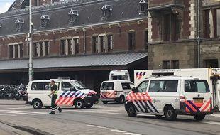 Des policiers néerlandais sécurisent les lieux où s'est produite l'attaque au couteau vendredi soir.