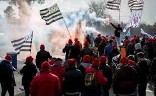"""Manifestation de """"Bonnets rouges"""" sur une autoroute près de Brech, dans le Morbihan, contre l'écotaxe, le 15 février 2014"""