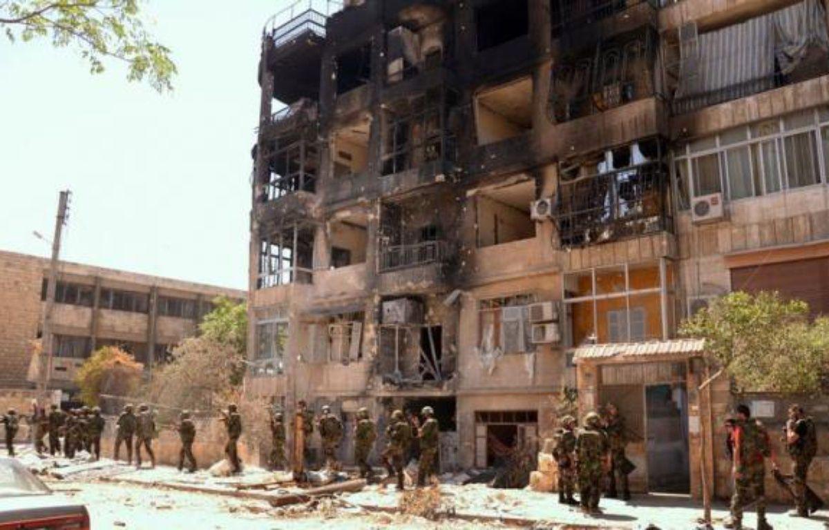 Dans un appartement de l'ouest d'Alep, le général syrien regarde sur son Ipad une carte Google Earth où apparaît chaque pâté de maisons du quartier de Seif al-Dawla. –  afp.com
