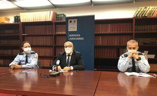 Le procureur de la République de Nantes, Pierre Sennès, entouré du du Général Frédéric Laurent, commandant en second la région de gendarmerie des Pays de la Loire (à gauche) et Gilles Foliard, commandant l'escadron départemental de sécurité routière de Loire-Atlantique.