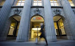 Une personne passe devant une banque UBS, à Zurich le 9 février 2010.