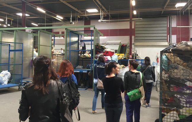 Le Relais,entreprise de l'économie sociale et solidaire, propose de découvrir comment sont valorisés les dons de vêtements.