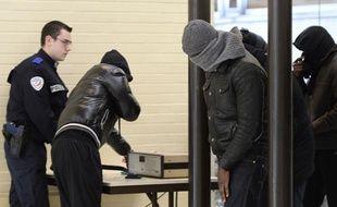 Les accusés de l'affaire des viols collectifs de Fontenay-sous-Bois arrivent au tribunal d'Evry, le 26 novembre 2013.