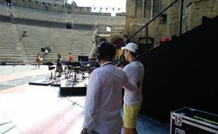 Le présentateur Cyril Féraud accompagné par un assistant réalisateur au moment de son arrivée sur scène en répétition