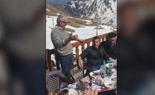 Emmanuel Macron lors de son déplacement dans les Pyrénées.