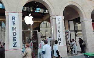 L'opération d'Attac s'est déroulée très rapidement ce lundi matin, devant l'Apple Store du marché Saint-Germain (Paris 6e).