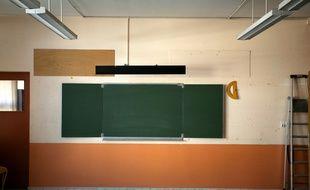 Salle de classe vide un jour avant la rentree des eleves. tableau noir craie.
