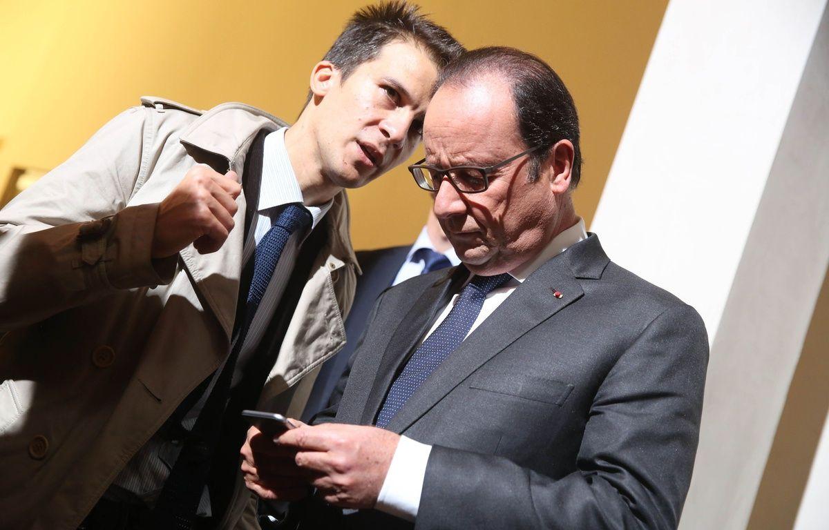Gaspard Gantzer, le conseiller en communication  du président de la République, et François Hollande, à l'Ecole nationale des Chartes, à Paris, le 9 octobre 2015. – SIPA
