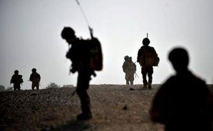 """Un Afghan portant l'uniforme de la police a tué un soldat de l'Otan dimanche dans le sud de l'Afghanistan, a annoncé la force de l'Otan (Isaf), ce qui porte à 40 morts le bilan de telles attaques dites """"fratricides"""" pour l'année en cours."""