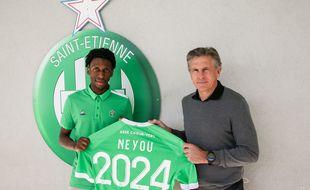 Yvan Neyou pose aux côtés de son entraîneur Claude Puel, à l'occasion de son nouveau contrat jusqu'en 2024 avec les Verts.