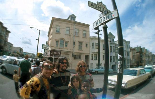 Des hippies en 1967 à Haight-Ashbury (San Francisco)