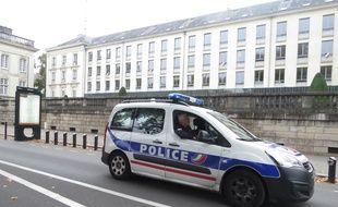Une voiture de police, dans le centre-ville de Nantes