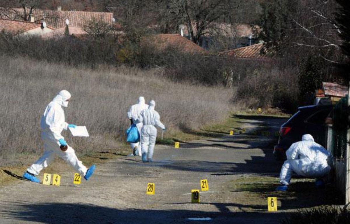 Des experts de la brigade scientifique font des relevés à l'endroit où  ont été retrouvés les effets personnels de Patricia Bouchon, une  joggeuse disparue, le 15 février 2011 à l'entrée  de la commune de Bouloc. – AFP PHOTO/PASCAL PAVANI
