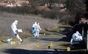Des experts de la brigade scientifique font des relevés à l'endroit où  ont été retrouvés les effets personnels de Patricia Bouchon, une  joggeuse disparue, le 15 février 2011 à l'entrée  de la commune de Bouloc.