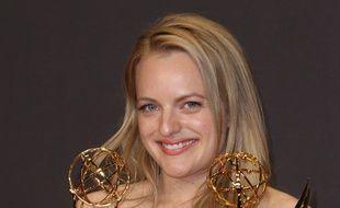 L'actrice Elisabeth Moss avec ses récompenses aux Emmy Awards