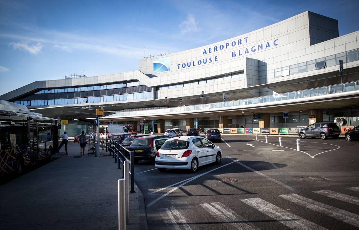 Passagers devant l'aerogare Toulouse-Blagnac alors que les de nombreux vols de la compagnie francais Air France sont annules a cause d'une journ√'e de greve des pilotes d'Air France. Toulouse, France. 16/09/2014./LANCELOT_FLA018/Credit:LANCELOT FREDERIC/SIPA/1409161201 – SIPA