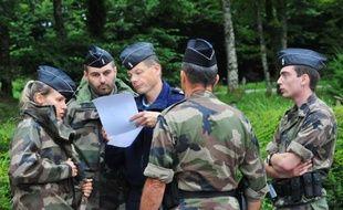 Des gendarmes autour de la base de loisirs de Chénérailles (Creuse) à la recherche d'un bébé disparu, le 29 août 2014