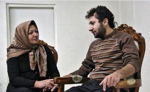 Sakineh Mohammadi Ashtiani avec son fils avant une interview à une télévision iranienne.