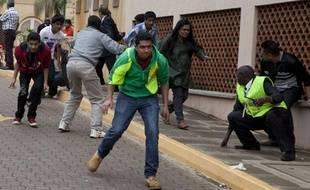 Lundi 23 septembre, alors que la prise d'otage se poursuivait dans le centre commercial de Nairobi, des civils se protégeaient des tirs.