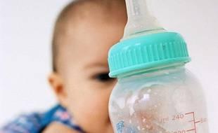 Un bébé et un biberon.