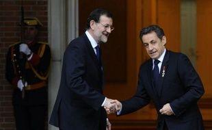 Les dirigeants français Nicolas Sarkozy et espagnol Mariano Rajoy ont cherché lundi à minimiser l'impact de la dégradation de leurs pays par l'agence Standard & Poor's, appelant à réduire les déficits et relancer la croissance en pleine crise de la dette en zone euro.