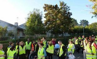 """Des parents d'élèves des écoles du groupe scolaire Ordener participant au mouvement des """"gilets jaunes"""" manifestent à Evry le 8 février 2014."""