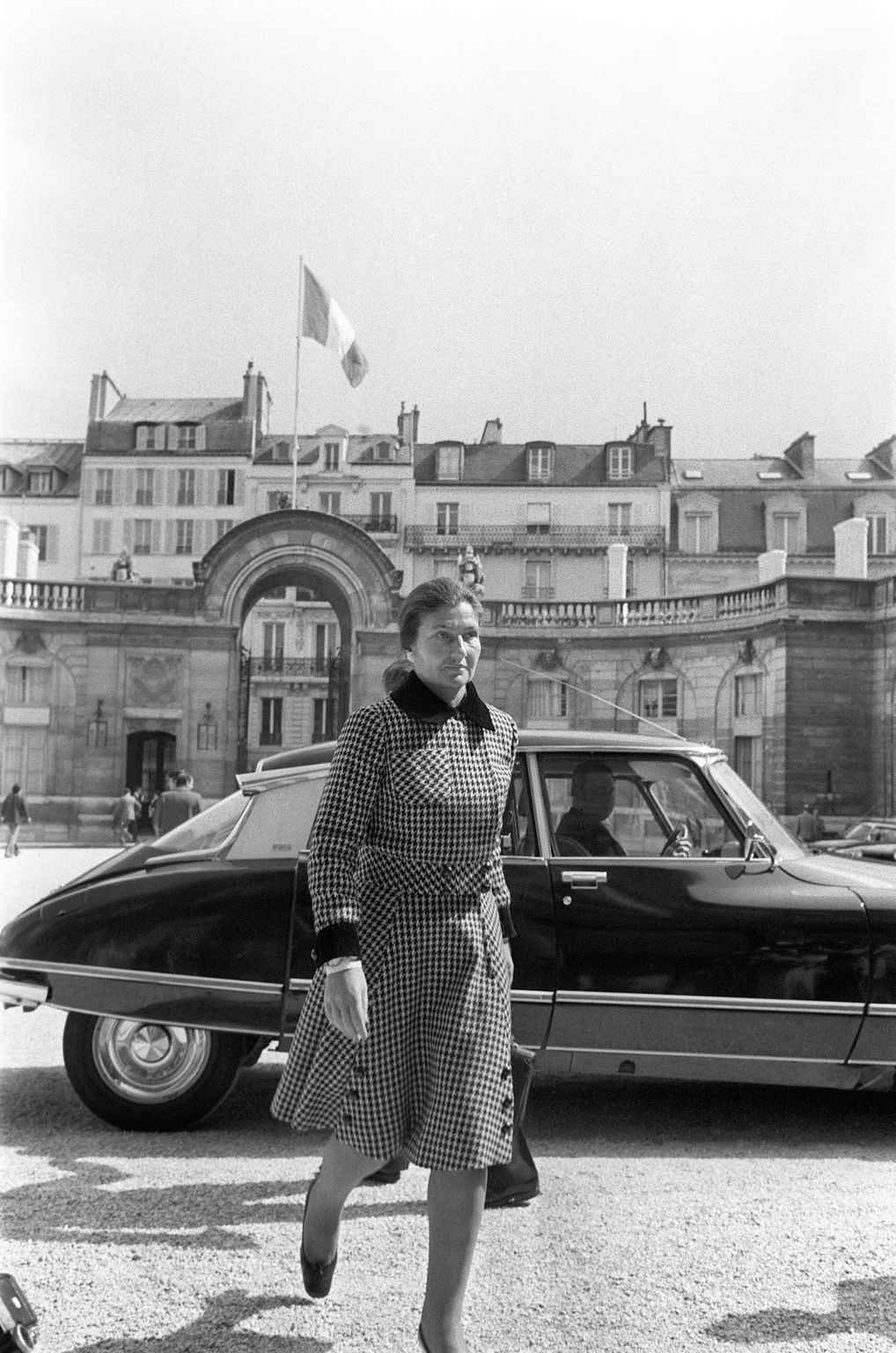 French Minister for Health Simone Veil leaves the Council of ministers, in April 1974 in Paris. / AFP PHOTO