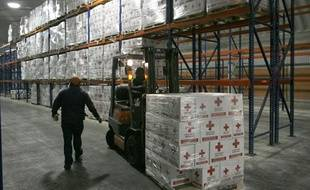 Des membres de la Croix rouge déplacent des cartons d'aide humanitaire destinés à Haïti, le 14 janvier 2010, à Toluca
