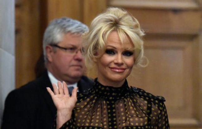 L'actrice américaine Pamela Anderson quitte l'Assemblée nationale, le 19 janvier 2016