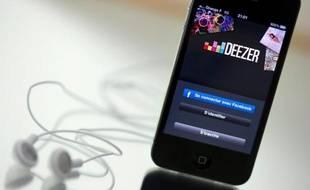 Un smartphone connecté au site de musique en ligne Deezer