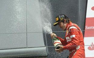 Fernando Alonso célèbre sa victoire avec sa Ferrari au Grand-Prix de Silverstone, le 10 juillet 2011.