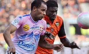 L'attaquant d'Evian Saber Khlifa (à g.), lors d'un match de Ligue1 contre Lorient le 31 mars 2012.