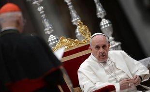 """Le pape François a appelé samedi l'Eglise à tenir ses """"portes ouvertes"""" et ne pas agir comme un """"poste de douane"""", citant l'exemple des prêtres qui refusent de baptiser des enfants nés hors mariages."""
