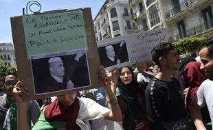 Le minimum des droits de la défense n'est pas observé à Ghardaïa 310x190_des-etudiants-brandissent-des-pancartes-portant-la-photographie-de-kamel-eddine-fekhar-a-alger-apres