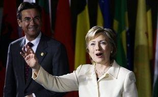 """La secrétaire d'Etat américaine Hillary Clinton y a présenté la """"nouvelle stratégie"""" afghane dévoilée vendredi dernier par le président Obama, appuyant notamment le principe d'une amnistie pour les talibans qui renonceraient à la violence et rompraient avec Al-Qaïda."""