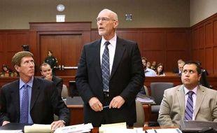 Les avocats de la défense, Don West (C) et Mark O'Mara (G), au côté de leur client George Zimmerman au tribunal de Sanford, en Floride, le 8 juin 2013.