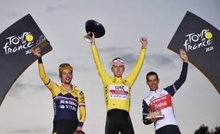 Le vainqueur du tour de France 2020, Tadej Pogacar sur le podium à l'arrivée le 20 septembre à Paris.