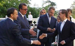 Le Premier ministre russe, Dmitri Medvedev, a été élu samedi à la tête du parti au pouvoir, Russie unie, lors d'un congrès extraordinaire de cette formation à Moscou, succédant à son mentor Vladimir Poutine revenu au Kremlin.