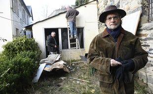 L'ancien avocat de la famille Seznec Denis Langlois, ici le 24 février 2018 devant l'ancienne maison familiale où des fouilles ont été menées.